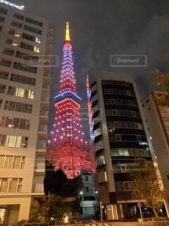 ビルに映る東京タワーの写真・画像素材[4894170]