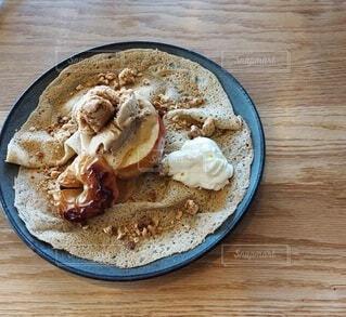 焼きリンゴとミルクティーアイスクリームのガレットの写真・画像素材[4931096]