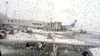 飛行機の窓から見る雨の写真・画像素材[4960279]