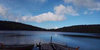 木々に囲まれた水面に映る青空と雲の写真・画像素材[4883190]