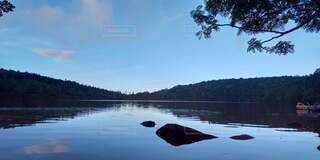 木々に囲まれた水面に映る青空と雲の写真・画像素材[4883198]