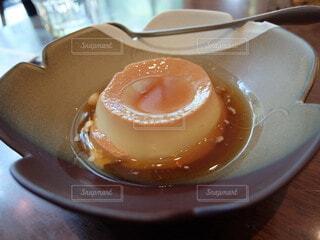 プリンとかわいいお皿の写真・画像素材[4865488]