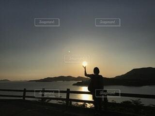 夕陽を掲げての写真・画像素材[4865767]