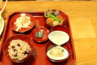 テーブルの上に食べ物を1杯入れるの写真・画像素材[4882361]