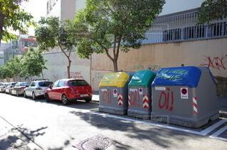 建物の脇に駐車している車の写真・画像素材[4882369]