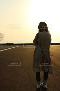 港に立つ女性の写真・画像素材[4887802]