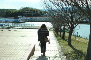 公園を散歩する女性の写真・画像素材[4888576]