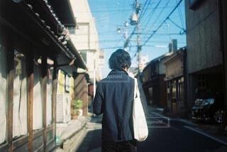歩いてる男性の写真・画像素材[4888607]