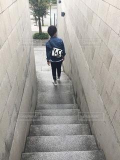 階段を下りる男性の写真・画像素材[4888616]