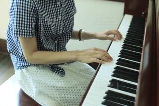 ピアノを弾いている女性の写真・画像素材[4888615]