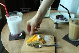 ケーキを置いてくれる人の写真・画像素材[4895559]