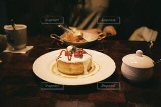 生クリームたっぷりのパンケーキの写真・画像素材[4902373]