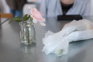 ピンクのバラが飾られたテーブルの写真・画像素材[4902376]