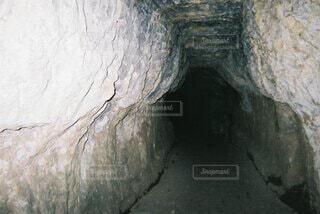 暗いトンネルの写真・画像素材[4906250]