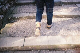 階段を上がる男性の写真・画像素材[4907251]