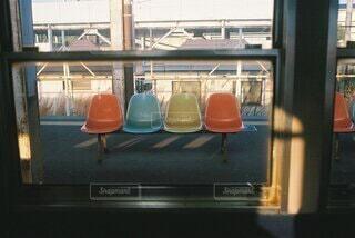 電車内から見えたベンチの写真・画像素材[4907256]
