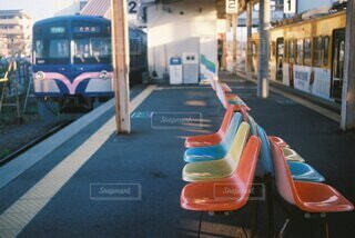 カラフルなベンチの色の写真・画像素材[4907254]