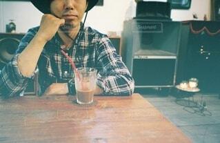 テーブルに座っている人の写真・画像素材[4907265]