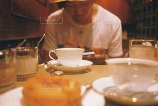 喫茶店でスマホを触っている男性の写真・画像素材[4907262]