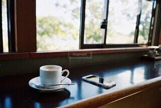 緑が見える窓際席の写真・画像素材[4907277]