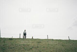 犬の散歩をしている人の写真・画像素材[4907280]