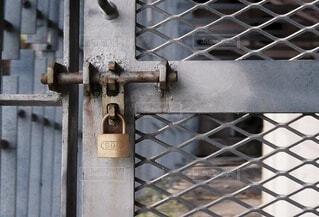 南京錠がかけられた扉の写真・画像素材[4907894]