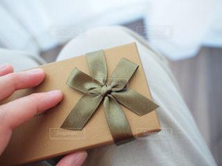 プレゼントの小箱を持つ手の写真・画像素材[2961300]