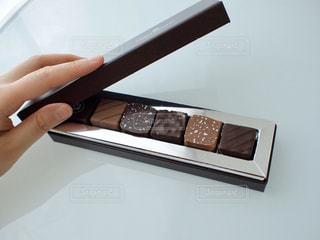 チョコレートの箱を開ける時の幸せの写真・画像素材[2970301]