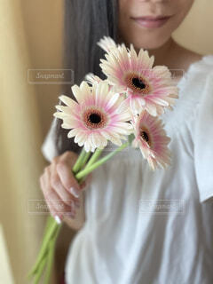 ピンクの花を持つ手の写真・画像素材[4868743]