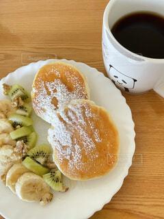 食べ物の皿と一杯のコーヒーの写真・画像素材[4876247]