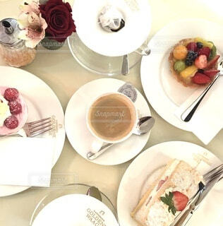 ケーキがいっぱいのテーブルの写真・画像素材[4876823]