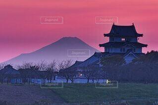 夕焼けの城と富士山の写真・画像素材[4865949]
