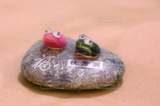 テーブルの上のカエルの置物の写真・画像素材[4943264]