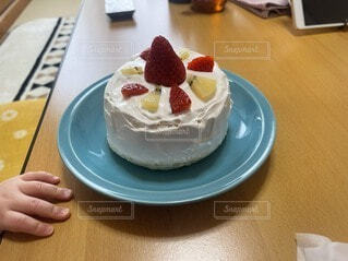 木製のテーブルの上にケーキが置いてある皿の写真・画像素材[4875920]