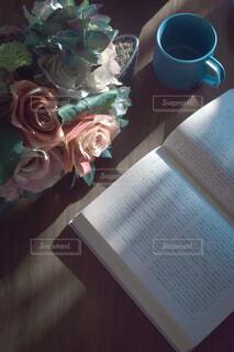 本と花との写真・画像素材[4865771]
