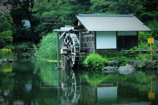 湖面と水車の写真・画像素材[4873156]
