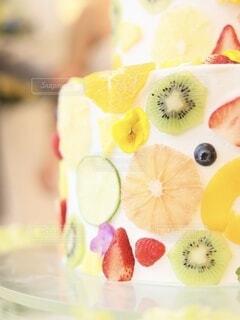 果物たっぷりのウェディングケーキの写真・画像素材[4875030]