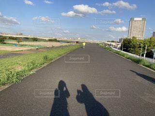 広がる道へ…写真撮影をする仲良しな影の写真・画像素材[4866843]