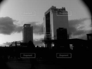 空,建物,屋外,雲,モノクロ,都市,タワー,都会,高層ビル,黒と白