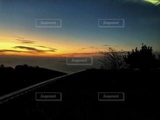 遠くに夕日の写真・画像素材[4870305]