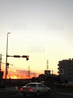 赤信号と夕陽の写真・画像素材[4870386]