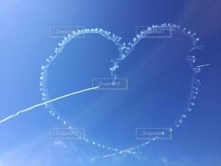 空に描かれた射抜かれたハートの写真・画像素材[4873250]