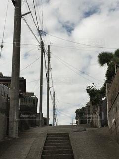 坂と電柱と電線の写真・画像素材[4873874]