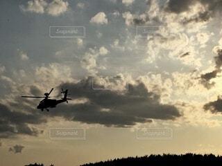 夕方に飛ぶヘリコプターの写真・画像素材[4876759]