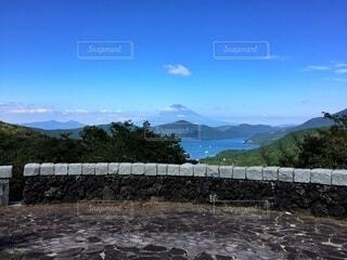 湖の向こうに富士山のシルエットの写真・画像素材[4880548]