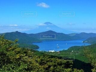 湖の向こうに富士山の影の写真・画像素材[4880588]