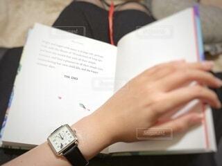 本を持っている人の写真・画像素材[4893515]