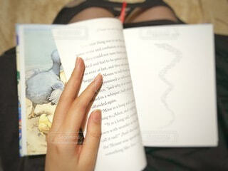 本を持つ手の写真・画像素材[4903445]
