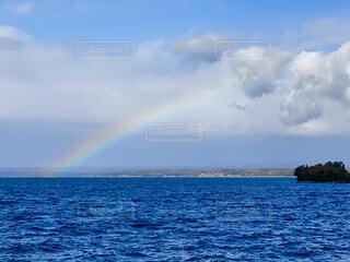 水の体の上に虹の写真・画像素材[4878617]