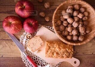 クルミとりんごのケーキの写真・画像素材[4929192]